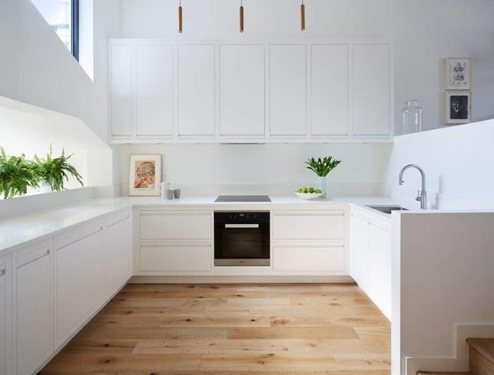 cuisine équipée blanche parquet bois décoration cuisine ouverte armoires blanches plan de travail blanc