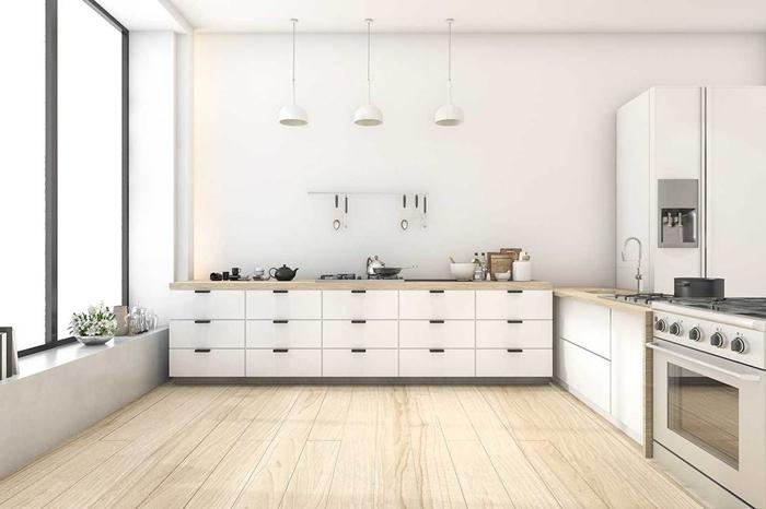 cuisine équipée blanche plan de travail bois carrelage sol aspect bois armoires blanches meubles bas