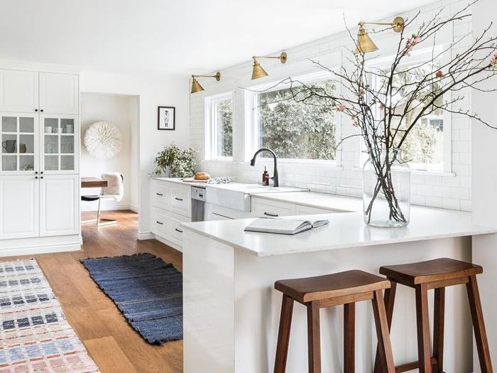 cuisine équipée blanche tapis cuisine revêtement de sol aspect bois carrelage îlot bar tabourets bois