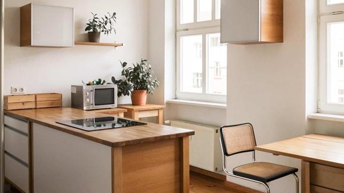 cuisine équipée bois décoration petite cuisine plan de travail bois armoires blanches étagère suspendue bois
