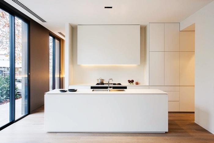 cuisine avec ilot central revêtement de sol aspect bois déco cuisine toute blanche éclairage armoires blanches