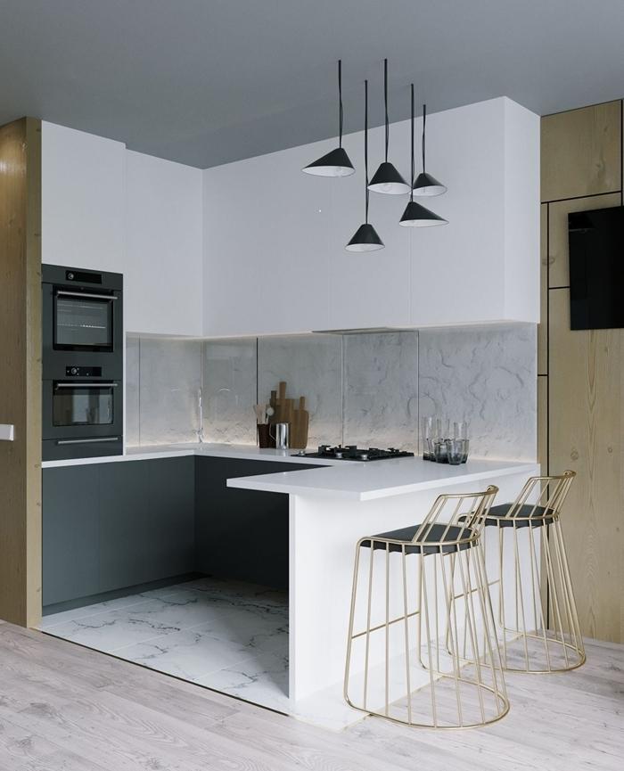 cuisine contemporaine carrelage aspect marbre blanc crédence éclairage plan de travail blanc lampe suspendue