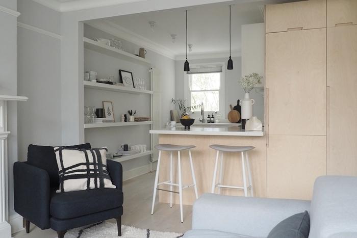 cuisine en l rangement ouvert étagère suspendue fauteuil déco studio avec petite cuisine ouverte îlot bar