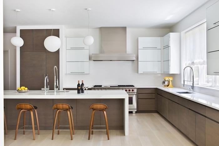 cuisine en l tabourets de bar bois décoration cuisine blanche armoires sans poignées style minimaliste
