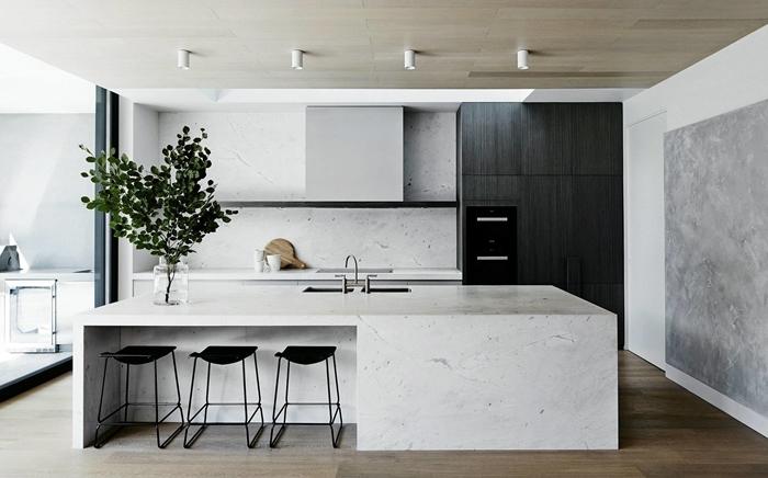 cuisine ilot central moderne tabourets noir îlot blanc crédence cuisine blanche meubles sans poignées