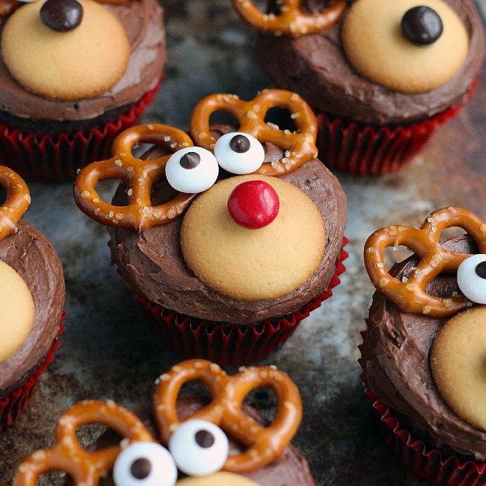 cupcake noel rudolphe décoré de crème au chocolat biscuit bonbons colorés et des oreilles en bretzels