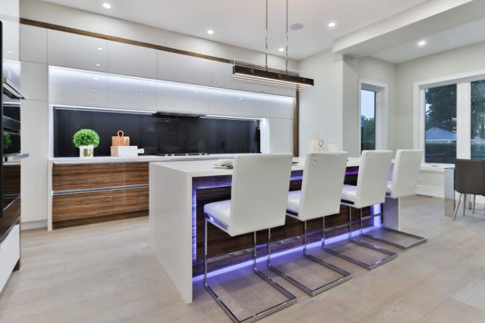 cusine contemporaine verre credence grise dans cuisine blanche et bois à lumières led