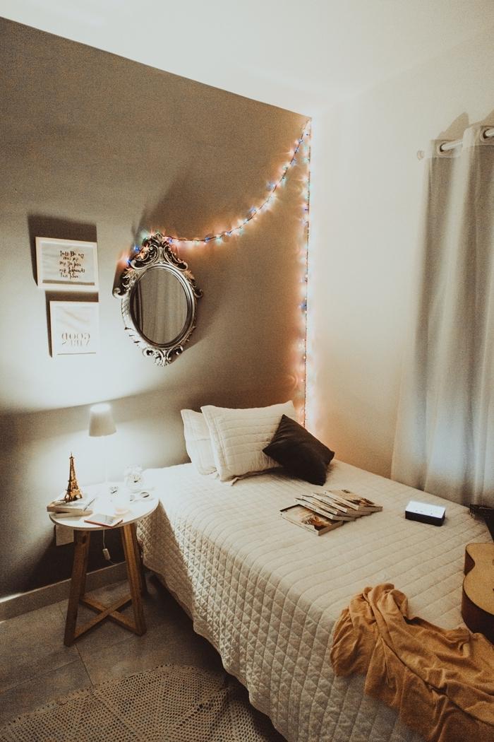 déco chambre cocooning couleurs neutres couverture de lit relief table de chevet bois et blanc miroir rond