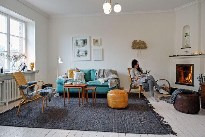 déco salon cocooning aveccanapé bleu tables de bois gigognes tapis gris cheminée design parquet blanchi