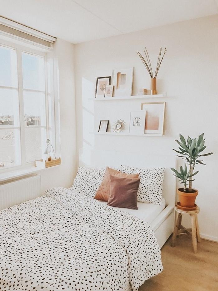 décoration chambre ado fille étagère suspendue bois blanc pot fleur terre cuite plantes vertes parquet bois