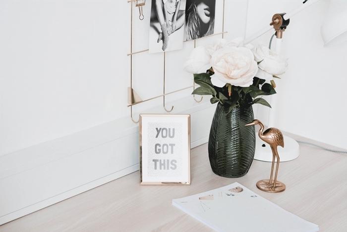 décoration chambre tumblr femme girlboss bureau bois vase noire bouquet rose blanche statuette flamand or