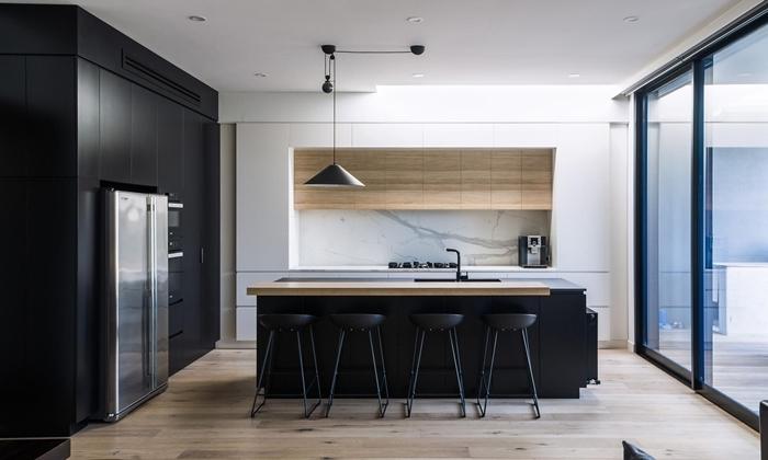 décoration cuisine blanc et noir avec accents bois cuisine équipée avec ilot central lampe suspendue noir mat