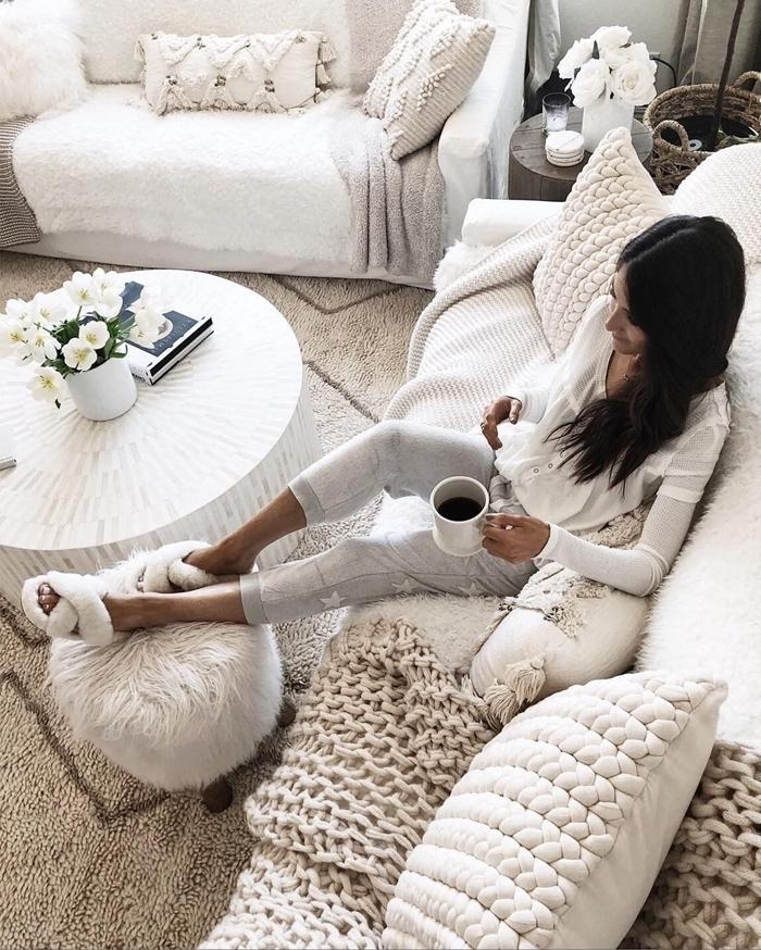 décoration intérieure boho scandinave style tenue d intérieur pour femme blouse blanche pantalon gris étoiles motifs