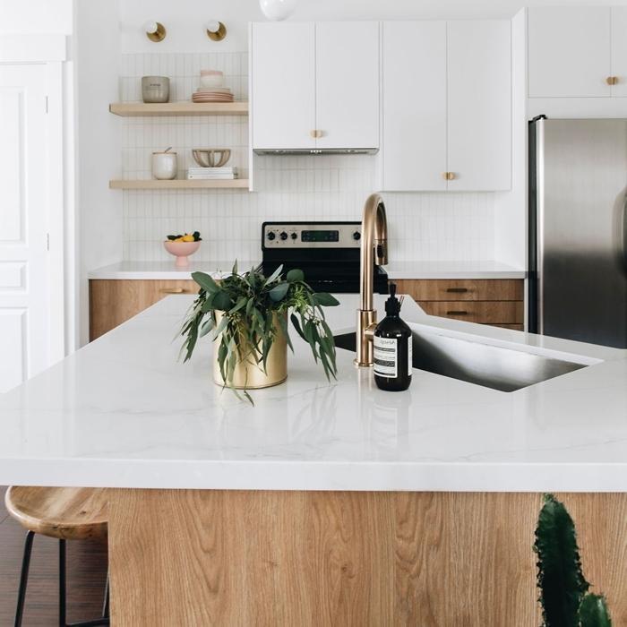 décoration petite cuisine en blanc et bois rangement ouvert étagère suspendue cuisine en u avec ilot accents or