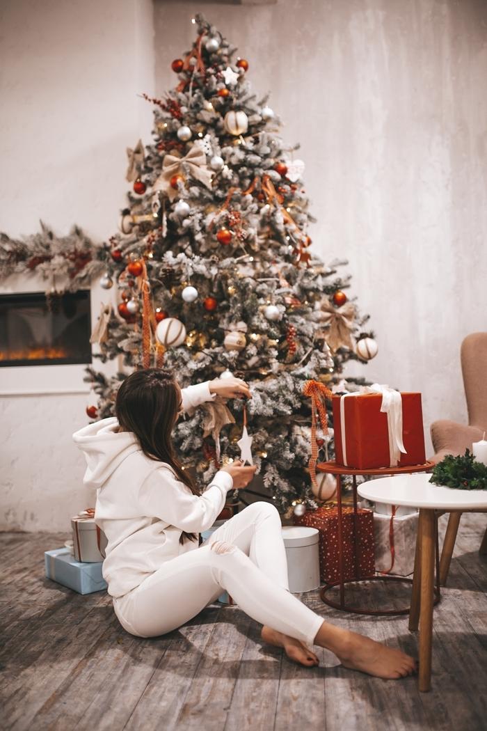 décoration sapin intérieur cocooning homewear femme ensemble blanc capuche sweatshirt pantalon