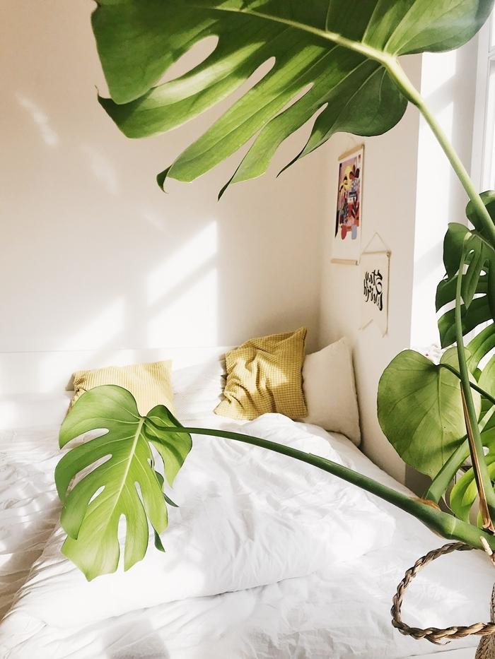 deco chambre ado minimaliste aménagement petite chambre blanche poster mur coussin jaune moutarde