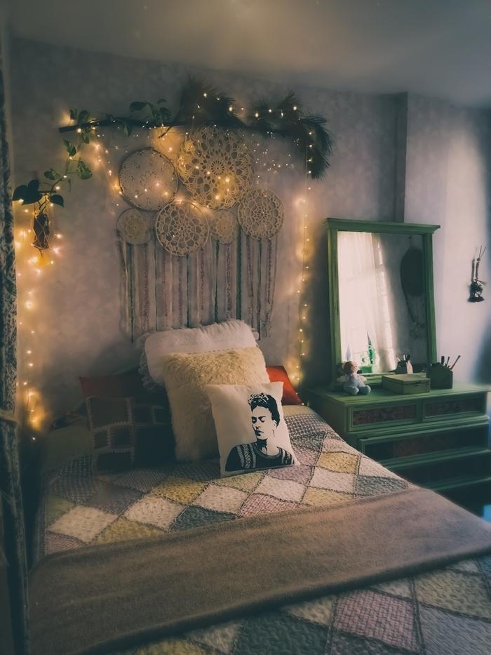 deco chambre aesthetic tête de lit bohème avec attrapes rêves fait maison guirlande lumineuse coussins