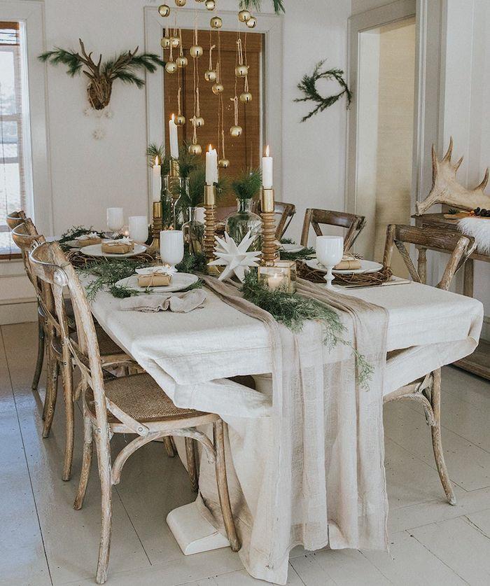 deco jour de l an avec des elements naturels un chemin de table beige avec des guirlandes pendantes du plafond