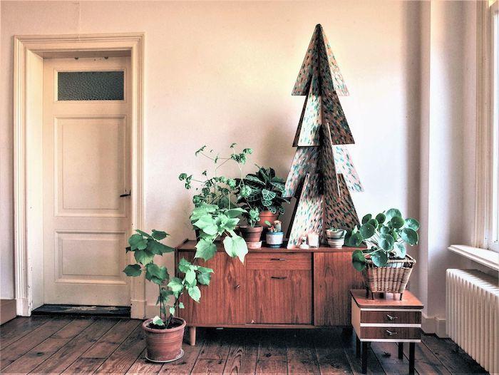 deco noel a fabriquer chez soi un sapin en carton dans le sallon autour des plantes vertes