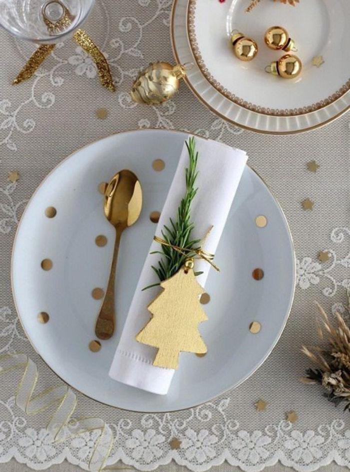 deco nouvel an comment mettre la table avec des confettis dores des assiettes simples et une nappe en broderie anglaise