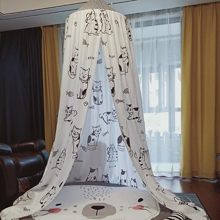 deco salon avec coin de jeux bebe tapis visage animale tipi ciel de lit blanc motifs chats