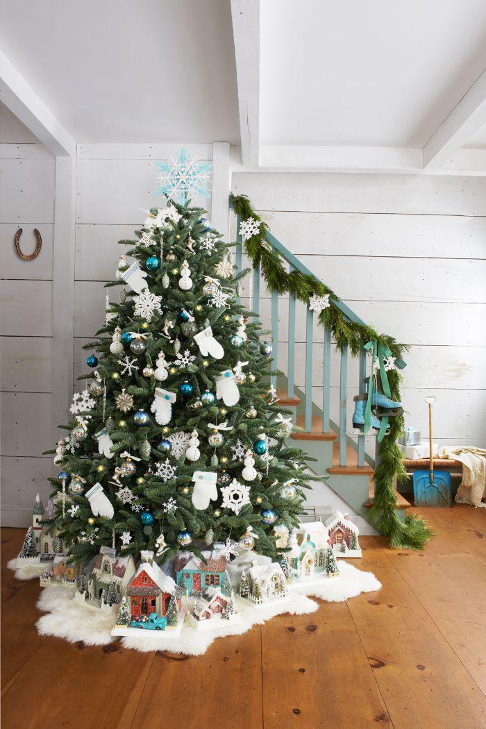 deco sapin d enoel en bleu blanc et ir avec des flocons de neige ornements gants et autres decorations thematiques deco pieds de sapin en maisons figurines decoratives