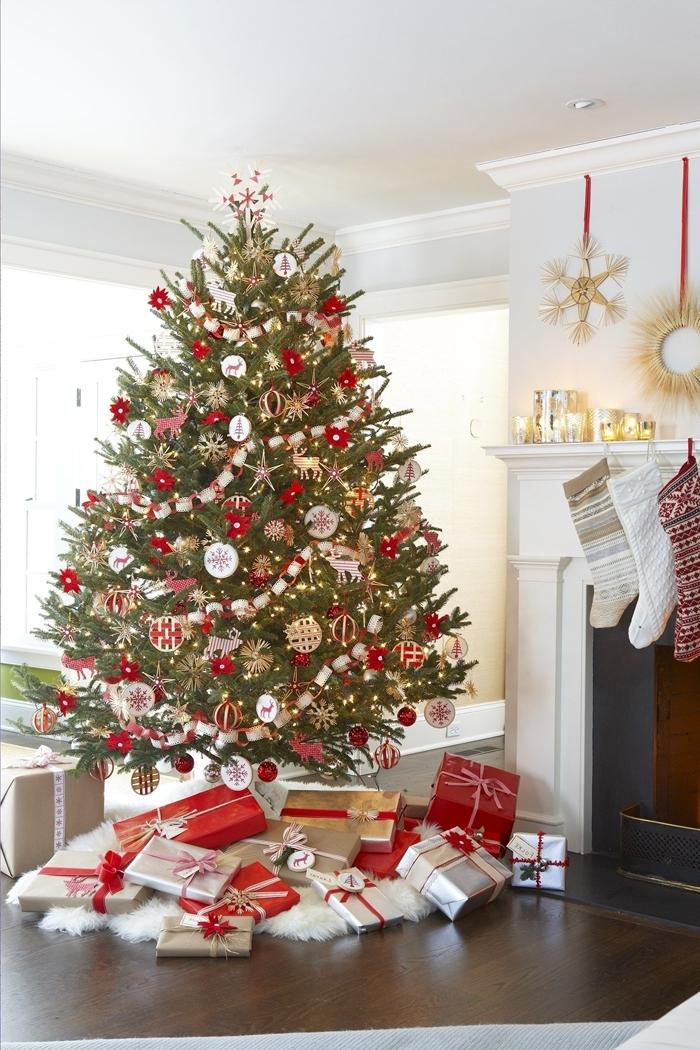 deco sapin de noel arbre noel traditionnel ornements bois lumière de noel cadeaux emballage cheminée