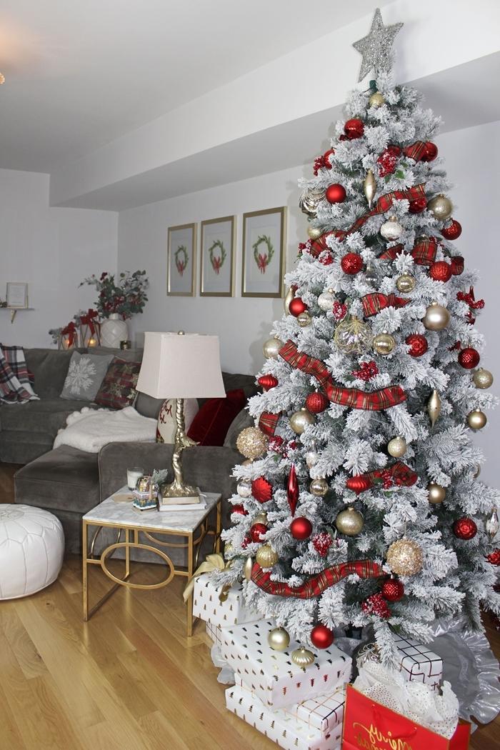 deco sapin de noel faux arbre branches blanches ruban rouge étoile argentée ornements boules de noel