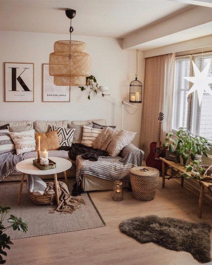 deco scandinave salon chic avec canapé surchargé de couvertures et coussins parquet bois clair plantes sur table fenetre étoiles suspendues
