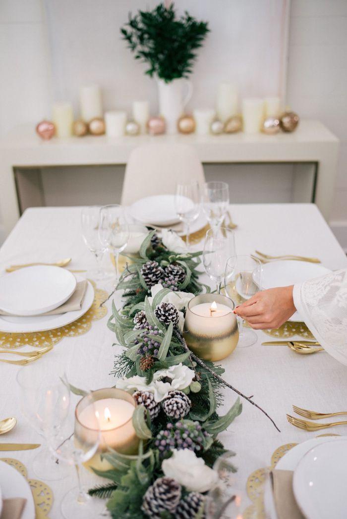 deco table de nouvel an avec des couleurs neutres et des elements metalliques et naturels des bougies sur un commode au fond de la piece