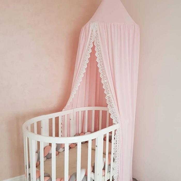 decoration chambre bebe fille peinture murale rose pastel berceau blanc bebe ciel lit broderie dentelle
