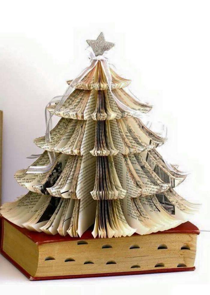 decoration de noel a fabriquer en papier avec une etoile argentine sur une livre