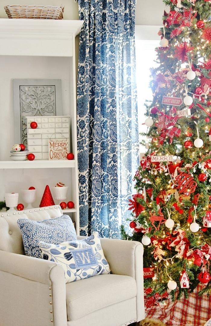 decoration de sapin de noel sur thème traditionnel ornements en rouge et blanc papillon noeud rideaux bleus