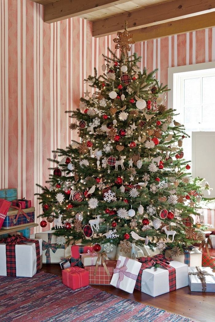 decoration de sapin de noel tapis rouge cadeaux emballage papier rouge et blanc plafond poutres apparentes