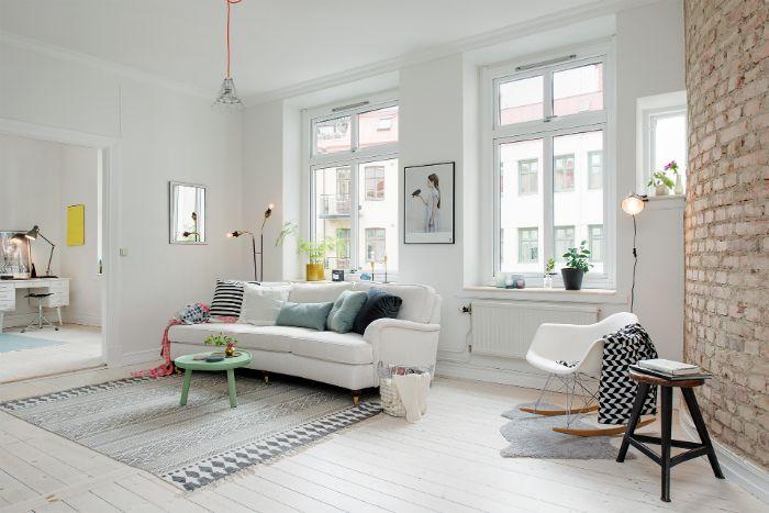 decoration minimaliste en blanc avec canapé blanc chaise à bascule blanche parquet blanchi accents deco pastel