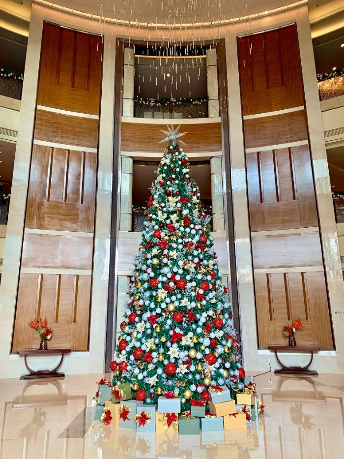 decoration sapin noel boules de noel àrgent or et rouge et des étoiles de noel rouges les plus beau sapin de noel
