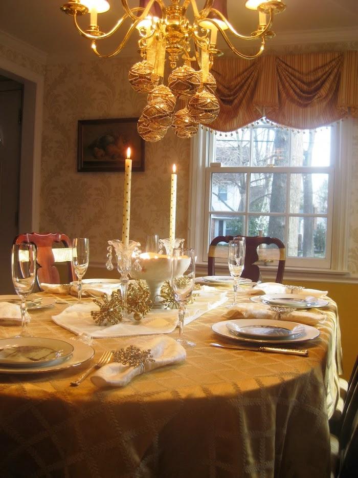 decoration table reveillon saint avec une lumiere chaude et des details et ornaments dores