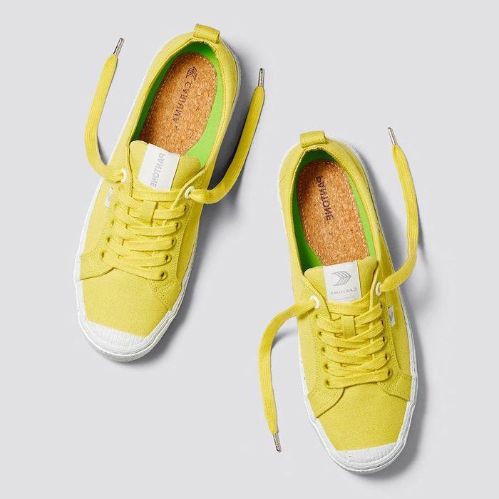 des baskets en couleur jaune et des semelles interieures de liege couleur association des couleurs