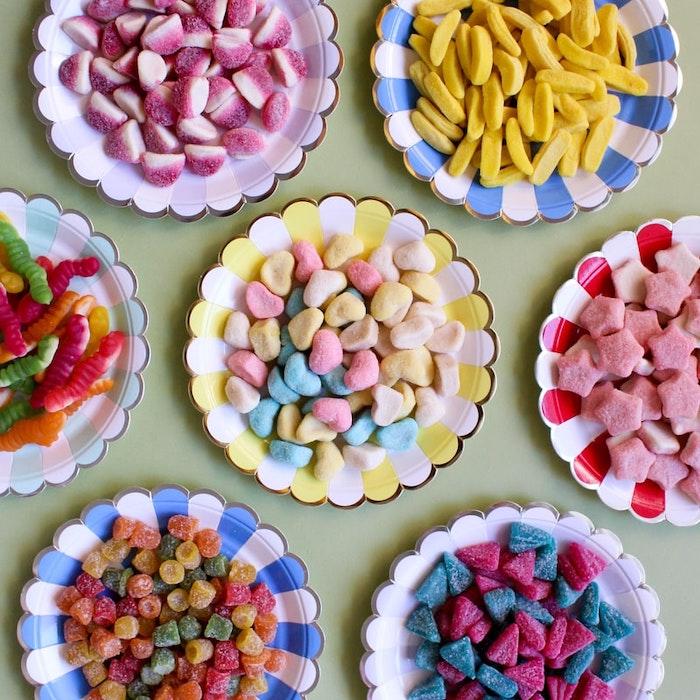 des bonbons dans des differentes couleurs servis dans des assiettes