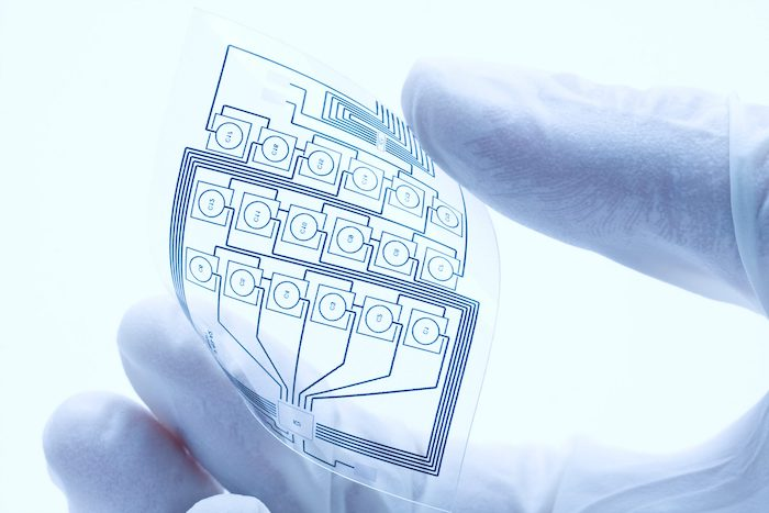 des electroniques bio degrqdables solubes dans l eau une main en gant blanc