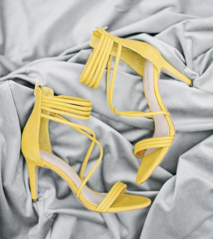des sandales jaunes sur un tissu gris les couleurs de l année 2021