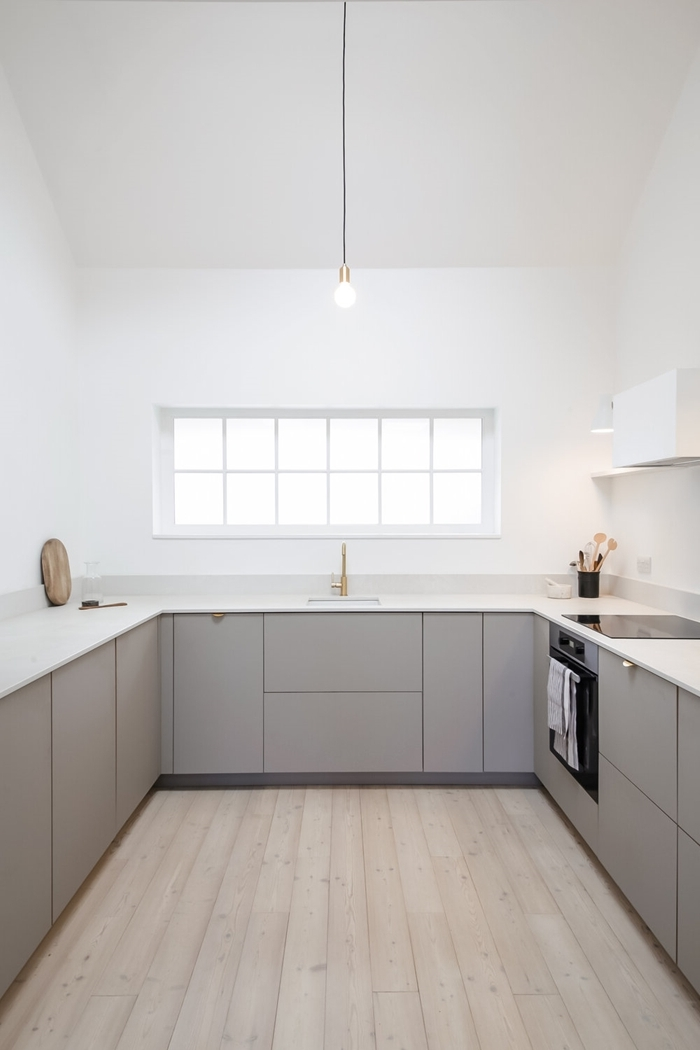 design minimaliste décoration épurée agencement cuisine épurée en blanc et gris avec carrelage sol aspect bois