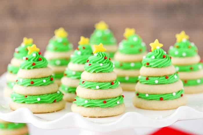 dessert sapin de noel de biscuirts au beurre traditionnels avec crème colorant vert billes étoile de sucre