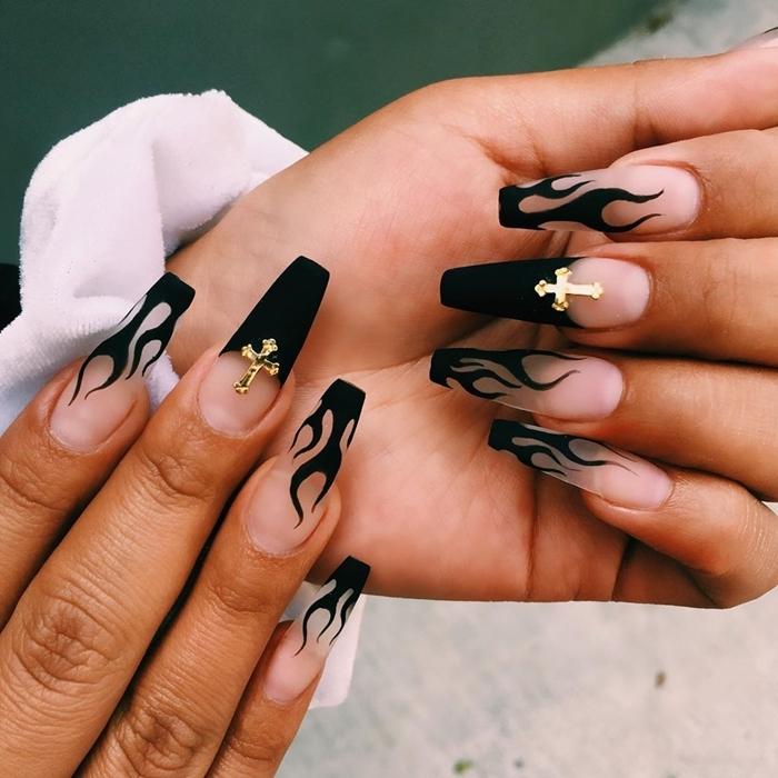 dessin sur ongles facile nail art feu en vernis noir finition mate ongle noir et or ornements croix doré