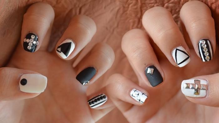 dessin sur ongles géométriques idée manucure facile deux couleurs ongle noir mat dessin triangle