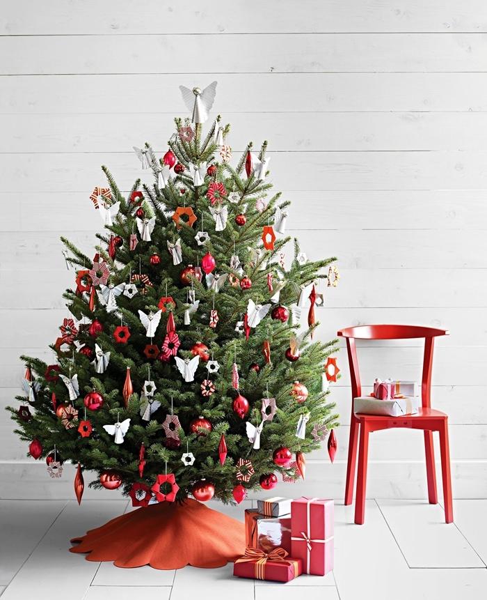 emballage cadeaux papier rouge idée sapin de noel chaise rouge bois ornements arbre de noel