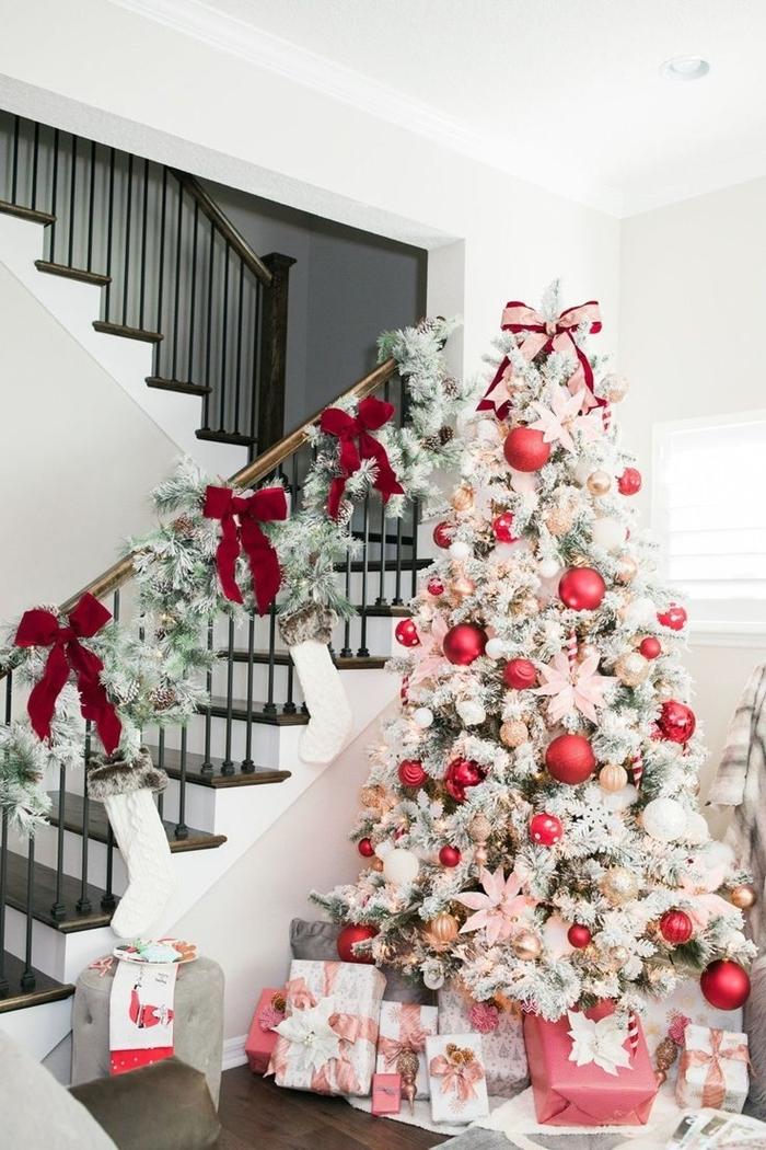 escalier décoration thème noel guirlande branches de sapin de noel blanc et vert noeud papillon rouge