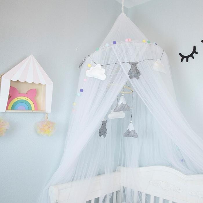etagere suspendue blanc et bois accessoires chambre bebe ciel lit baldaquin blanc tissu voilage