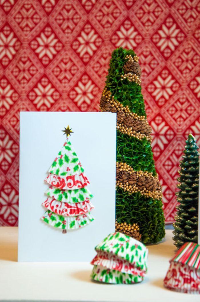 exemple de carte de noel diy avec sapin et caissettes à muffins collés sur un bout de papier blanc