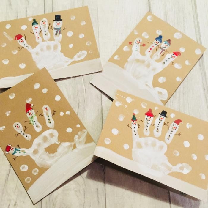 exemple de carte de voeux à fabriquer dans papier kraft avec empreinte de main peinture blanche dessin bonhomme de neige original